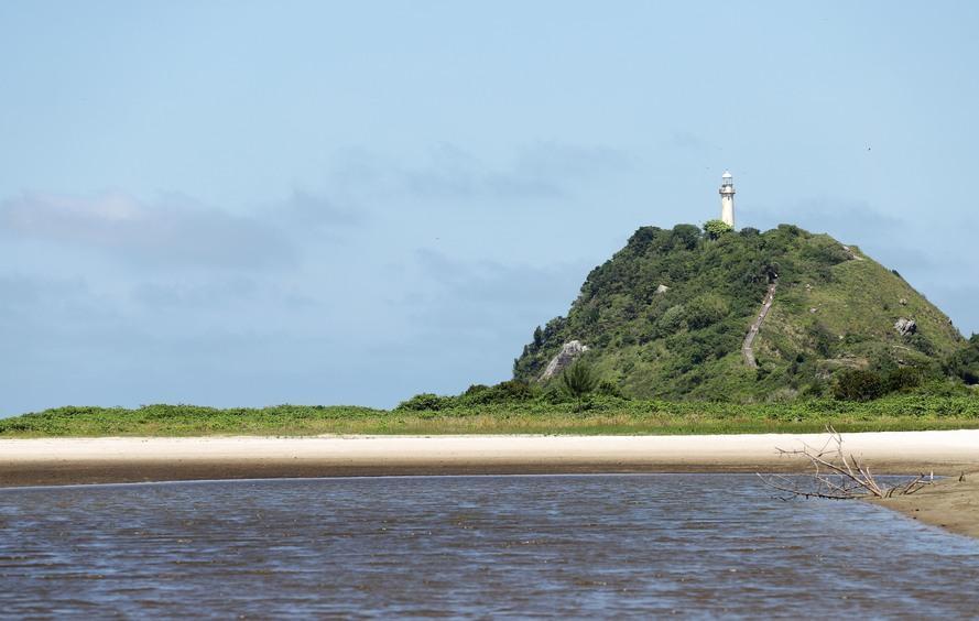 Conheça as famosas trilhas da Ilha do Mel
