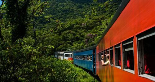 Já pensou em unir o passeio para a Ilha do Mel com um passeio de trem?